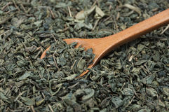 Houten lepel die groene thee bereiken Royalty-vrije Stock Foto