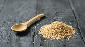 Houten lepel in een stapel van quinoa zaden op een rustieke houten lijst stock fotografie