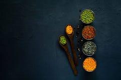 Houten lepel en diverse graangewassen in metaalkoppen, het concept het gezonde eten Hoogste mening Rustieke achtergrond met vrije Royalty-vrije Stock Foto