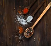 Houten lepel en ingrediënten op een donkere achtergrond Concept kruidig voedsel, hoogste mening, lege ruimte voor textn Royalty-vrije Stock Afbeeldingen