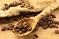 Houten lepel en koffie aan boord stock afbeelding