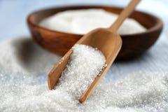 Houten lepel en kom met suiker op lijst Royalty-vrije Stock Fotografie