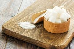 Houten lepel en kom met suiker op lijst, close-up Royalty-vrije Stock Fotografie
