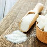 Houten lepel en kom met suiker op lijst, close-up Stock Foto's