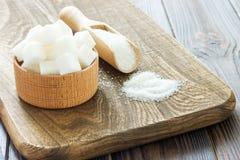Houten lepel en kom met suiker op lijst, close-up stock afbeeldingen