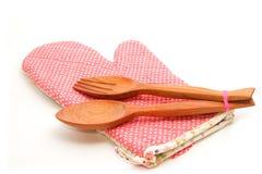 Houten lepel en vork met gewatteerde hitte beschermende vuisthandschoen Royalty-vrije Stock Foto's