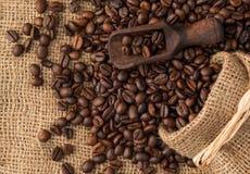 Houten lepel gezet op achtergrond van koffiebonen Stock Foto's