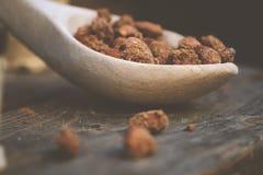 Houten lepel met amandelnoten - natuurvoeding Stock Foto