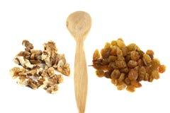 Houten lepel met noten en rozijnen Royalty-vrije Stock Foto's