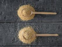 Houten lepel met quinoa zaden en houten lepel met amarantzaden Het vrije voedsel van het gluten stock foto's