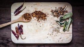 Houten lepel met verschillende types van quinoa Thais voedselingredi?nt royalty-vrije stock afbeelding