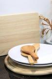 Houten lepel met werktuig en houten scherpe raad in keuken ro Royalty-vrije Stock Fotografie