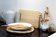Houten lepel met werktuig en houten scherpe raad in keuken ro Royalty-vrije Stock Afbeelding