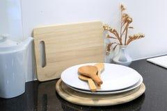 Houten lepel met werktuig en houten scherpe raad in keuken ro Royalty-vrije Stock Foto