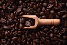 Houten lepel op de achtergrond van koffiebonen Royalty-vrije Stock Afbeelding