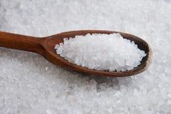 Houten lepel in overzees zout royalty-vrije stock foto's