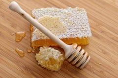 Houten lepel voor honing stock afbeelding