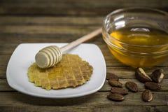 houten lepel voor honing, royalty-vrije stock afbeelding
