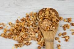 Houten lepelhoogtepunt van granola op witte houten lijst, hoogste mening Royalty-vrije Stock Afbeeldingen
