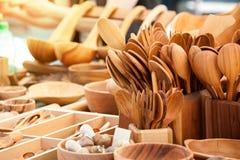 Houten lepels en ander keukengerei op een lijst Royalty-vrije Stock Foto
