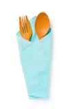 Houten lepels en vork in een blauwe doek op witte achtergrond, Cli Stock Afbeelding