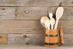 Houten lepels en vork in mok Royalty-vrije Stock Fotografie