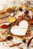 Houten lepels met kurkuma, paprika, overzees zout, kaneel en anijsplant royalty-vrije stock afbeelding