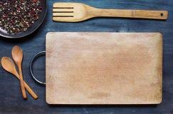 Houten lepels met scherpe raad en specerij stock afbeelding