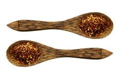 Houten Lepels met Spaanse pepersvlokken stock foto's