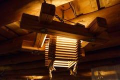 Houten lichte kroonluchter bij een plafond Letland royalty-vrije stock foto's
