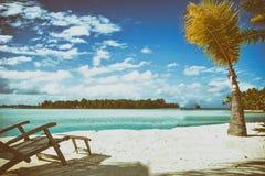 Houten ligstoel naar de zon Vakantie en Vakantieconcept Royalty-vrije Stock Afbeelding