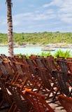Houten Ligstoelen in Caraïbisch Strand Stock Foto