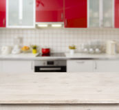 Houten lijst aangaande de rode moderne binnenlandse achtergrond van de keukenbank Stock Foto's