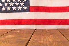 Houten lijst en Amerikaanse vlag op de achtergrond Selectieve nadruk stock foto