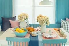 Houten lijst en stoel in uitstekende dinning ruimte thuis Lijst Se royalty-vrije stock fotografie