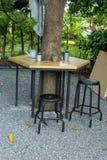 Houten lijst en stoelen die in de tuin zetten Royalty-vrije Stock Fotografie