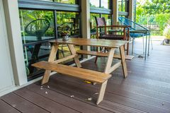 Houten lijst en stoelen die in de tuin zetten Stock Foto