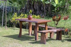 Houten lijst en stoelen in lege koffie op de tropische yard Eiland Bali, Indonesië stock foto