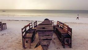 Houten lijst en stoelen op het strand Meubilair voor het lounging Royalty-vrije Stock Afbeeldingen