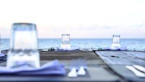 Houten lijst en stoelen op het strand Meubilair voor het lounging Stock Foto's