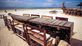 Houten lijst en stoelen op het strand Meubilair voor het lounging Royalty-vrije Stock Afbeelding