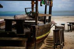 Houten lijst en stoelen op het strand Meubilair voor het lounging Royalty-vrije Stock Foto