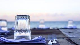 Houten lijst en stoelen op het strand Meubilair voor het lounging Stock Foto