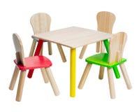Houten lijst en stoelenspeelgoed voor jong geitje Stock Foto