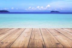 Houten lijst met blauwe overzeese en zandstrandachtergrond Stock Foto's