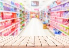Houten lijst met de achtergrond van het supermarktonduidelijke beeld voor Productvertoning stock foto