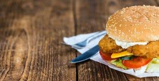 Houten lijst met een verse gemaakte Vissenhamburger stock foto