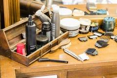 Houten lijst met het scheren van werktuigen in een kapperswinkel royalty-vrije stock afbeelding