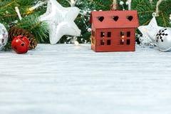 Houten lijst met Kerstmisdecoratie royalty-vrije stock afbeeldingen