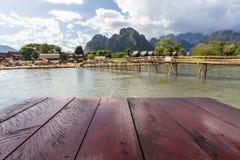 Houten lijst naast Nam Song-rivier in Vang Vieng Stock Fotografie